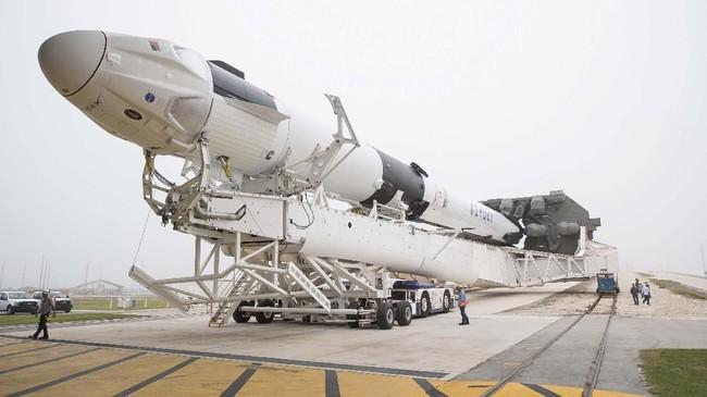Kapsul tanpa awak SpaceX, Crew Dragon, telah berhasil meluncur dari landasan NASA, Sabtu (2/3). Kapsul tersebut terbang menuju Stasiun Luar Angkasa Internasional (International Space Station-ISS) dan dijadwalkan akan mendarat besok pagi (3/3). (Joel Kowsky/NASA/Handout via REUTERS)