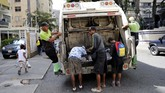 Warga Venezuela mengais makanan dari tempat sampah di kawasan mewah ibu kota, Caracas akibat krisis ekonomi. (REUTERS/Carlos Jasso)