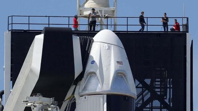 Crew Dragon berhasil meluncur pada 02:49 waktu setempat atau 14:49 WIB dari Kennedy Space Center di Cape Canaveral, Florida, Amerika Serikat. Kapsul yang kelak akan digunakan untuk membawa astronaut ke ISS itu diluncurkan dengan roket Falcon 9 SpaceX. (REUTERS/Mike Blake)