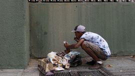FOTO : Mengais Sampah Untuk Bertahan Hidup di Venezuela