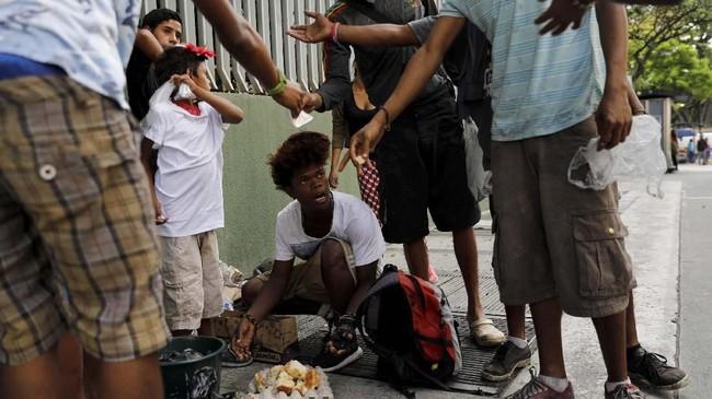 Maduro tidak mengakui rakyatnya mencari makanan dari keranjang sampah. Ia menuding peristiwa itu sebagai propaganda AS untuk menjatuhkan pemerintahannya. (REUTERS/Carlos Jasso)