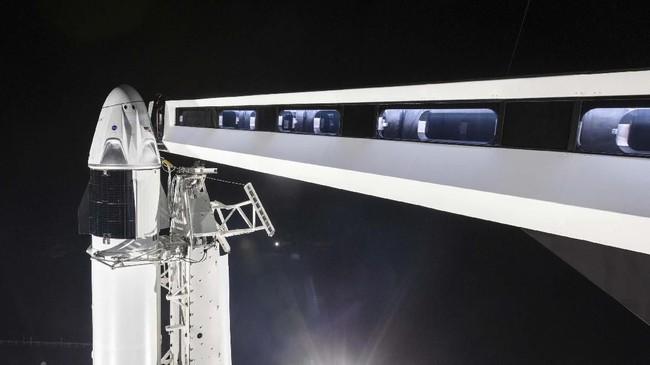 Kapsul Crew Dragon dengan tinggi 4,9 meter ini berhasil terlepas dari roket setelah meluncur 11 menit kemudian. Kapsul itu lantas melanjutkan perjalanannya menuju ISS. (SpaceX via AP)