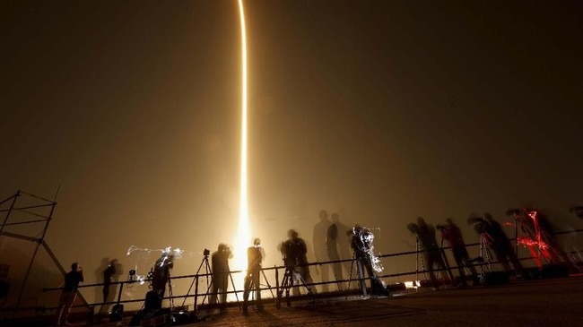NASA telah memberikan proyek kepada SpaceX dan Boeing untuk membangun kapsul dan roket guna mengirimkan astronaut ke orbit. Keduanya mendapat dana US$6,8 miliar untuk menjalankan misi tersebut. (REUTERS/Mike Blake)