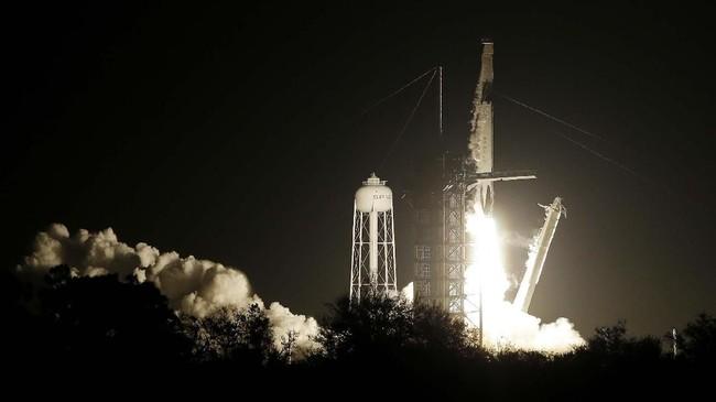 Kapsul ini lantas akan disambut oleh tiga kru penghuni ISS yang membawa 181 kilogram logistik dan berbagai perangkat untuk melakukan pengetesan, seperti dijelaskan NASA. (AP Photo/Terry Renna)