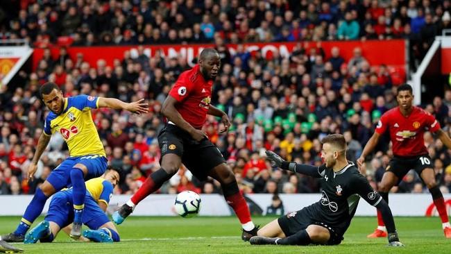 Penyerang Manchester United Romelu Lukaku berduel dengan Angus Gunn. Man United berambisi memperpanjang rekor tidak terkalahkan di Liga Inggris bersama Ole Gunnar Solskjaer. (REUTERS/Phil Noble)