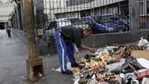 Sisa-sisa makanan yang diperoleh dari keranjang sampah lalu dicuci bersih dan ditambahkan bawang dan saus. (REUTERS/Carlos Jasso)