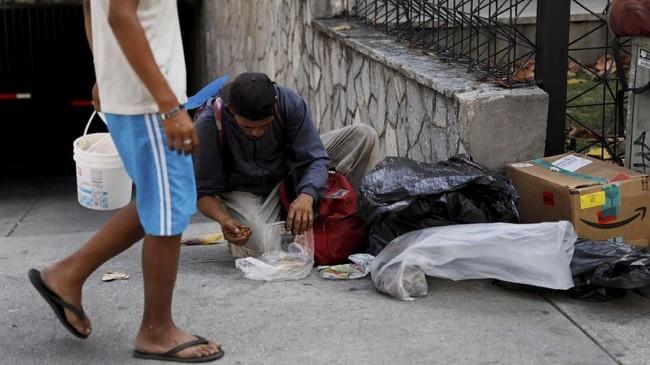 Tony mengaku menghidupi istri dan empat anaknya dengan cara mengais makanan sisa di keranjang sampah sudah lebih dari satu tahun. (REUTERS/Carlos Jasso)