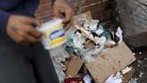 Kelangkaan makanan dan obat-obatan serta inflasi yang sangat tinggi membuat warga Venezuela terpaksa mengais makanan dari keranjang sampah. (REUTERS/Carlos Jasso)