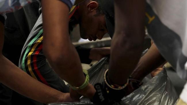 Seorang satpam bernama Tony (36) menuturkan setiap libur bekerja, dia akan pergi mencari makanan sisa di tempat sampah milik orang-orang kaya di Caracas. REUTERS/Carlos Jasso