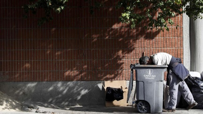 Saat jurnalis Amerika, Jorge Ramos, menunjukkan video rakyat Venezuela mengais makanan dari keranjang sampah kepada Presiden Nicolas Maduro dalam wawancara, Maduro merespons dengan mengusir Ramos keluar dari Venezuela. (REUTERS/Carlos Jasso)