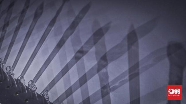 Karya berjudul 'Silent 2' milik Cecilia Patricia Untario menampilkan tabung- tabung kaca yang berbentuk kondom, berceritatentang pentingnya pendidikan seks yang dianggap masih tabu oleh masyarakat Indonesia. (CNN Indonesia/ Hesti Rika)