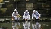 Pemeluk agama Hindu di Kota dan Kabupaten Mojokerto, Jawa Timur, menggelar upacara melasti di Pertirtaan Jolotundo, Desa Seloliman, Trawas, Kabupaten Mojokerto.(Photo by Juni Kriswanto / AFP)