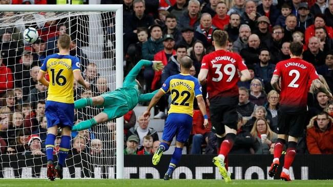 Southampton unggul lebih dulu pada menit ke-26 lewat gol spektakuler Yan Valery dari luar kotak penalti yang berang di pojok kiri gawang David De Gea. (REUTERS/Phil Noble)