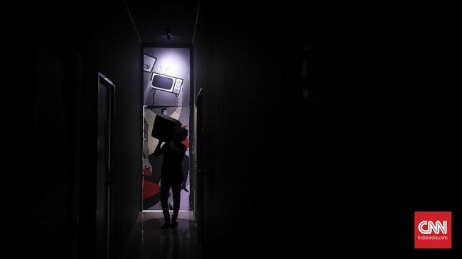 Pekerja menyiapkan televisi tabung yang akan dihancurkan pemain di Temper Clinic. Setelah usai bermain pengunjung akan memperoleh sertifikat sebagai kenang-kenangan telah meluapkan amarah. (CNN Indonesia/ Hesti Rika)