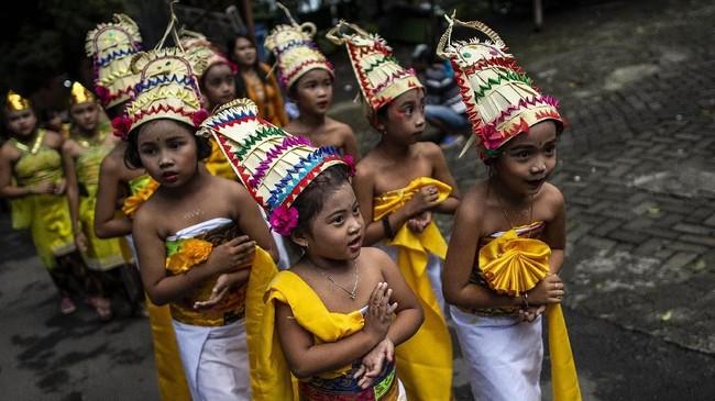 Di pelataran Pertirtaan Jolotundo, peserta upacara disambut oleh tari-tarian.(Photo by Juni Kriswanto / AFP)