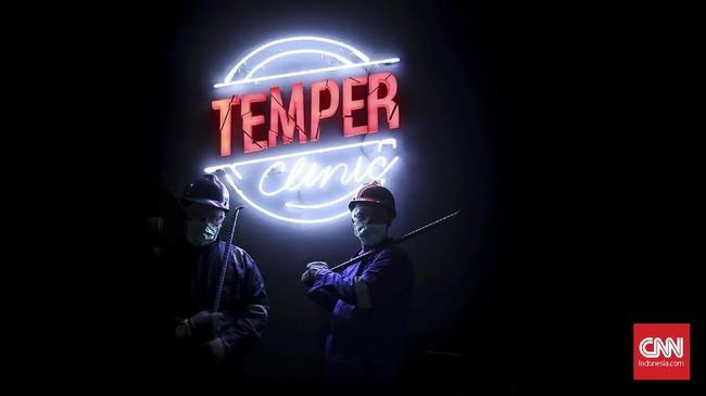 Memenuhi unsur keamanan Temper Clinic menyediakan peralatan yang wajib dipakai yaitu pelindung masker, kacamata google, helm, dua lapis sarung tangan hingga sepatu booth karet. (CNN Indonesia/ Hesti Rika)