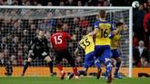 Manchester United baru mampu menyamakan kedudukan pada menit ke-53 lewat gol cantik Andreas Pereira yang melepaskan tendangan pisang dari luar kotak penalti. (REUTERS/Phil Noble)