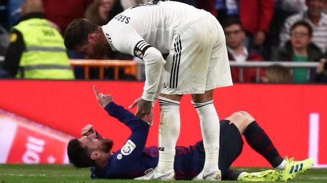 Lionel Messi mengungkapkan kemarahan kepada Sergio Ramos usai disikut. Messi menolak bantuan Ramos untuk berdiri. (REUTERS/Sergio Perez)