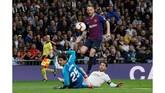 Barcelona memecah kebuntuan pada menit ke-26 setelah Ivan Rakitic mencungkil bola melewati kiper Real Madrid Thibaut Courtois. (REUTERS/Juan Medina)