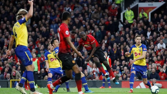 Manchester United berbalik unggul atas Southampton 2-1 lewat gol Romelu Lukaku pada menit ke-59. (Reuters/Carl Recine)