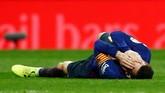 Ketegangan terjadi di pengujung babak pertama setelah Lionel Messi disikut kapten Real Madrid Sergio Ramos. Terlihat Messi terkapar usai disikut. (REUTERS/Juan Medina)
