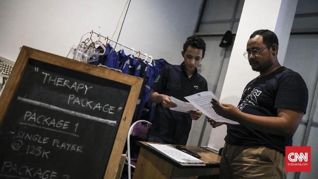 Terinspirasi dari arena rekreasi 'rage room' di Athena, Yunani, Yanuarius Gavin beserta dua temannya membuat tempat rekreasi serupa di Jakarta bernama Temper Clinic. (CNN Indonesia/ Hesti Rika)