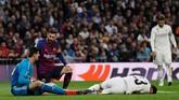 Penyerang Barcelona Lionel Messi berbicara dengan kiper Real Madrid Thibaut Courtois usai menggagalkan peluang tim tamu. (REUTERS/Juan Medina)