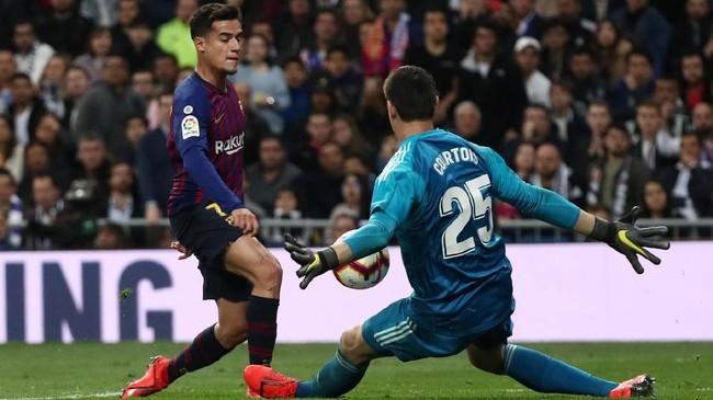 Barcelona punya peluang di pengujung babak kedua untuk menggandakan keunggulan, tapi tendangan Philippe Coutinho digagalkan Thibaut Courtois. (REUTERS/Juan Medina)