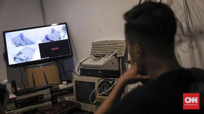 Lagu-lagu keras diperdengarkan selama bermain guna memacu adreanalin dan di setiap ruangan juga dilengkapi dengan CCTV agar terpantau keamanannya oleh petugas. (CNN Indonesia/ Hesti Rika)
