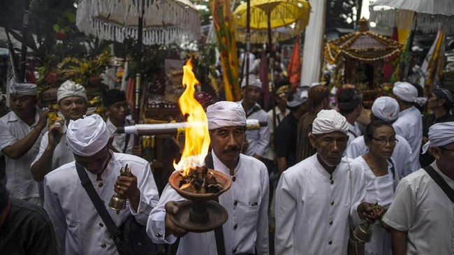 Ratusan umat Hindu dari berbagai pura mengarak jempana dan sesaji dari luar hingga pelataran Pertirtaan Jolotundo. (Photo by Juni Kriswanto / AFP)