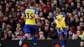 Pemain Southampton Yan Valery (kanan) merayakan gol ke gawang Manchester United. (REUTERS/Phil Noble)