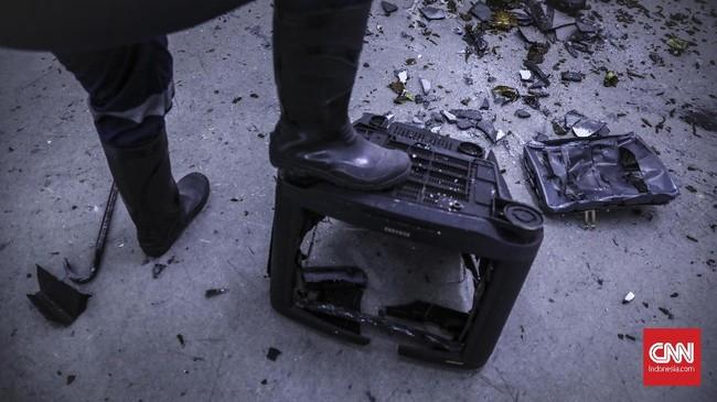 Jika pemain tak puas hanya menghancurkan botol-botol kaca, Temper Clinic juga menyediakan TV tabung yang dan printer dengan biaya tambahan. (CNN Indonesia/ Hesti Rika)