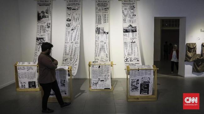Narasi dalam karya-karya yang dipamerkan berbicara tentang identitas, frustasi, kegetiran, kedukaan, kritik, dan keprihatina atas keadaan sosial dan lingkungan. (CNN Indonesia/ Hesti Rika)
