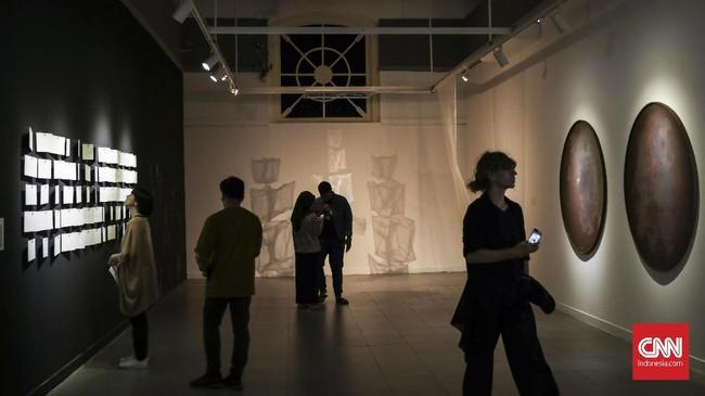Cemara 6 Galeri-Museum bersama dengan Galeri Nasional Indonesia menggelar pameran kolektif Indonesian Women Artist dengan bertajuk 'Into the Future', Jakarta, 3 Maret 2019. Pameran tersebut dikuratori oleh Carla Bianpoen dan Citra Smara Dewi.(CNN Indonesia/ Hesti Rika)