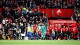 Para pemain Manchester United dan Southampton memasuki lapangan Stadion Old Trafford pada pertandingan Liga Inggris, Sabtu (2/3). (Reuters/Carl Recine)