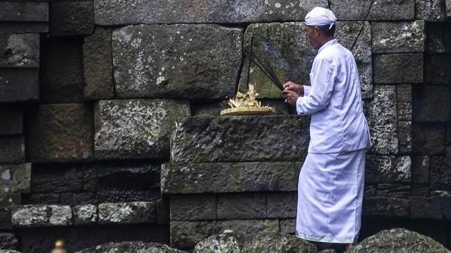 Upacara Melasti merupakan ritual menyambut Hari Raya Nyepi Tahun Baru Caka 1941. (Photo by Juni Kriswanto / AFP)