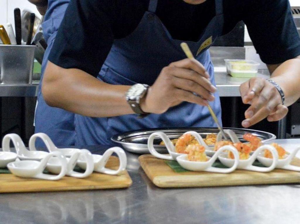 Soal harga Noaa membanderol aneka menunya mulai dari Rp 50 ribu hingga Rp 400 ribu. Sebagai salah satu restoran berkonsep internasional di Seminyak, restoran ini ingin mengajak para pelanggannya untuk berkeliling aneka rasa kuliner dunia.