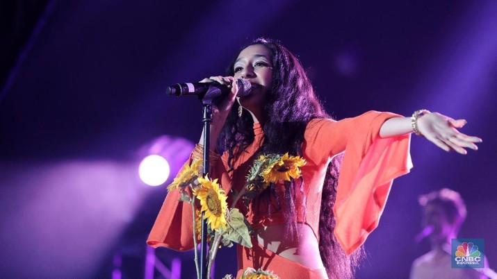 Dihiasi Bunga Matahari, Raveena Pukau Penonton Java Jazz 2019