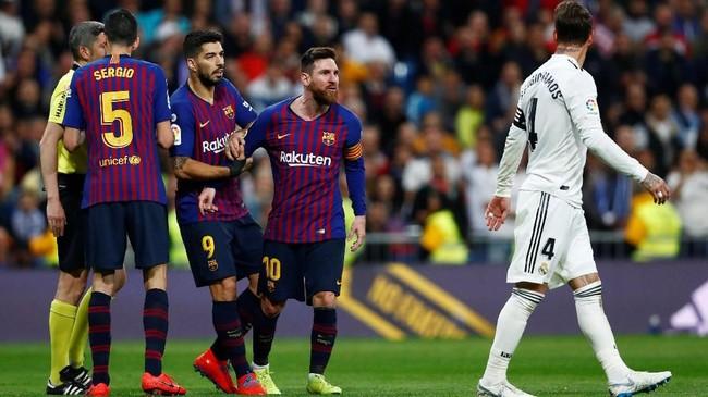 Lionel Messi dicegah Luis Suarez saat ingin menghampiri Sergio Ramos usai wasit Alberto Mallenco tidak memberi hukuman untuk kapten Real Madrid. (REUTERS/Juan Medina)