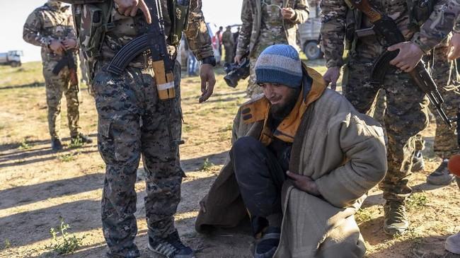 SDF menyatakan para anggotanya sempat terkejut karena masih banyak warga sipil, termasuk anggota keluarga pejuang ISIS, yang masih terkurung di benteng pertahanan terakhir kelompok teroris itu. (Photo by Bulent KILIC / AFP)