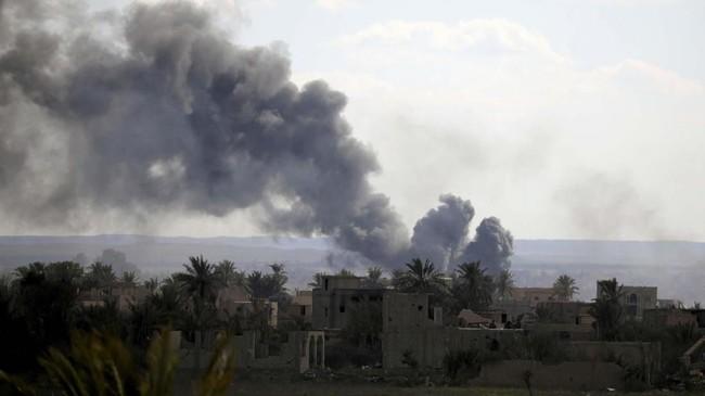 Pasukan SDF terus menggempur basis pertahanan terakhir ISIS di Desa Baghouz, Suriah, untuk merebut wilayah itu. (REUTERS/Rodi Said)