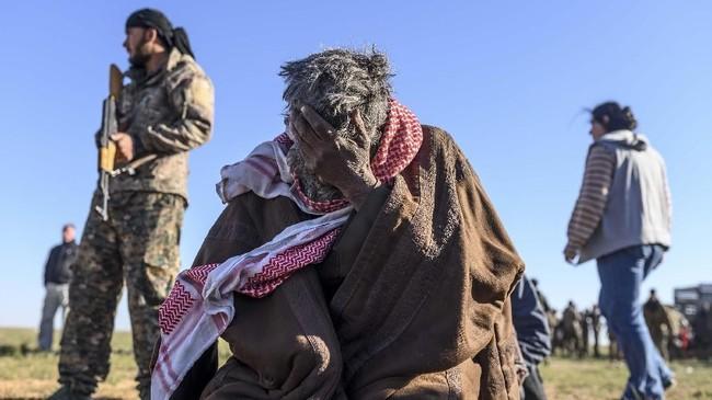 Pasukan Demokratik Suriah (SDF) yang tergabung dalam koalisi Amerika Serikat mengevakuasi ribuan orang dari benteng terakhir ISIS di Desa Baghouz, sebelah timur Suriah. (REUTERS/Rodi Said)