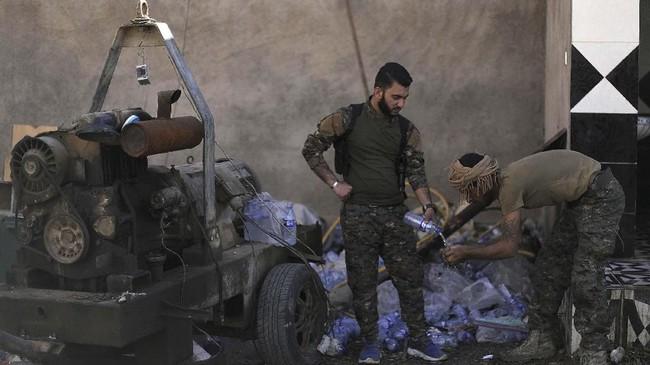 Sejak 20 Februari lalu, lebih dari 10 ribu orang tercatat telah meninggalkan wilayah yang masih dikendalikan ISIS. (REUTERS/Rodi Said)