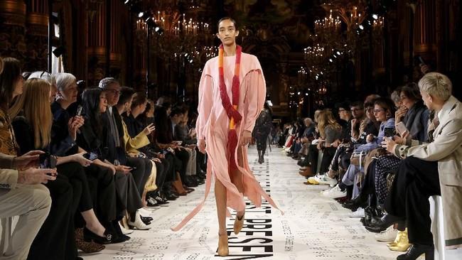 Busananya terbuat dari wol bersulam, jacquard besar, atau kain berlapis antrasit, seperti mantel gagah yang dikenakan Natalia Vodianova.(REUTERS/Stephane Mahe)