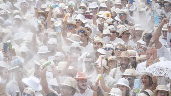 Tak lupa, para peserta festival juga membawa bedak bubuk. Mereka berduyun memenuhi jalan-jalan di Santa Cruz de La Palma, ibukota pulau itu, untuk berpesta dan menari. (Photo by DESIREE MARTIN / AFP)