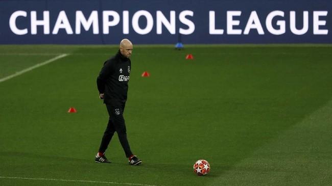 Pelatih Ajax Amsterdam Erik ten Hag memimpin latihan terakhir jelang melawan Real Madrid di Stadion Santiago Bernabeu. (REUTERS/Susana Vera)