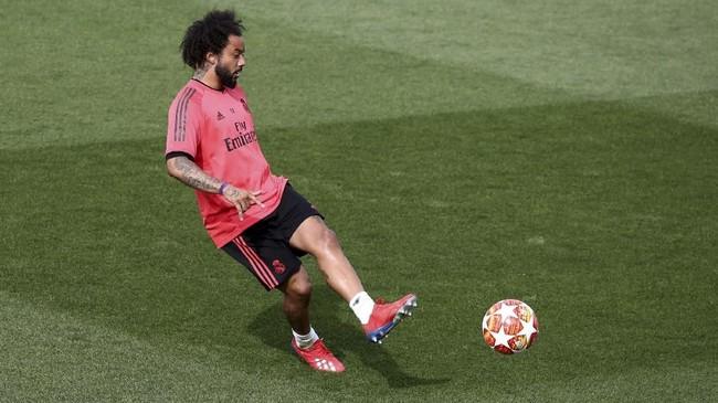 Wakil kapten Real Madrid Marcelo menendang bola. Marcelo belakangan lebih sering menjadi cadangan dan kalah bersaing dengan Sergio Reguilon. (REUTERS/Sergio Perez)