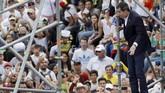 Pemimpin oposisi yang mendeklarasikan diri sebagai presiden interim Venezuela, Juan Guaido, disambut bak pahlawan ketika tiba di Caracas. (REUTERS/Manaure Quintero)