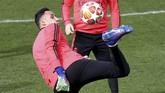 Kiper Real Madrid Keylor Navas berlatih. Navas kemungkinan besar akan kembali menjadi cadangan Thibaut Courtois. (REUTERS/Sergio Perez)