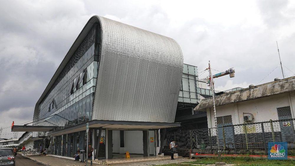 Suasana Stasiun Cisauk, Tangerang, Selasa (5/3/2019). Stasiun yang baru saja direvitalisasi dan beroperasi pada bulan lalu ini memiliki bangunan yang futuristik dengan sejumlah fasilitas penunjang yang megah. (CNBC Indonesia/Andrean Kristianto)